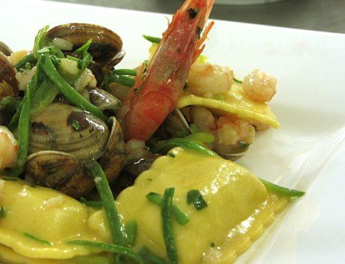 Ravioli ai crostacei con vongole e zucchine